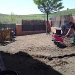 Retiramos el césped viejo y preparamos el terreno para la nueva instalación de tepes.