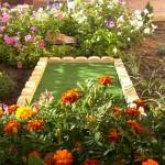 Detalle de la tapa de registro integrada en el conjunto del jardín.